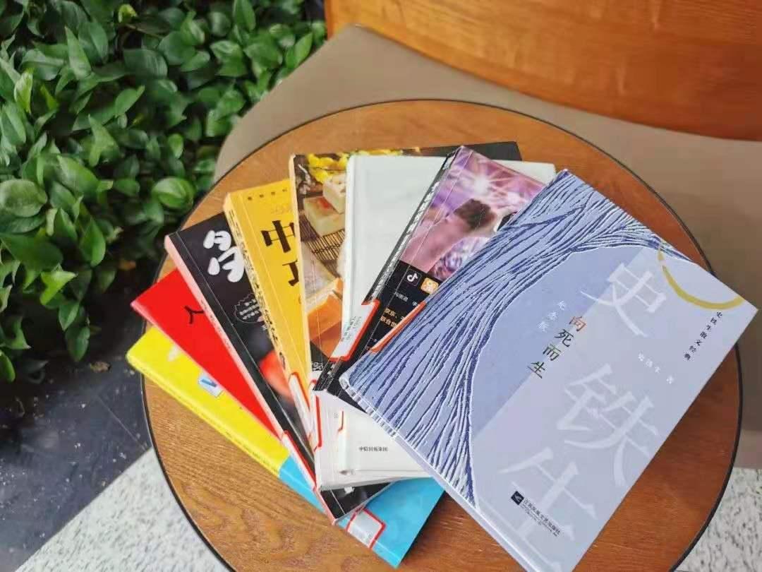 特殊时期,每册图书都经过消毒,通过快递送到读者手中。