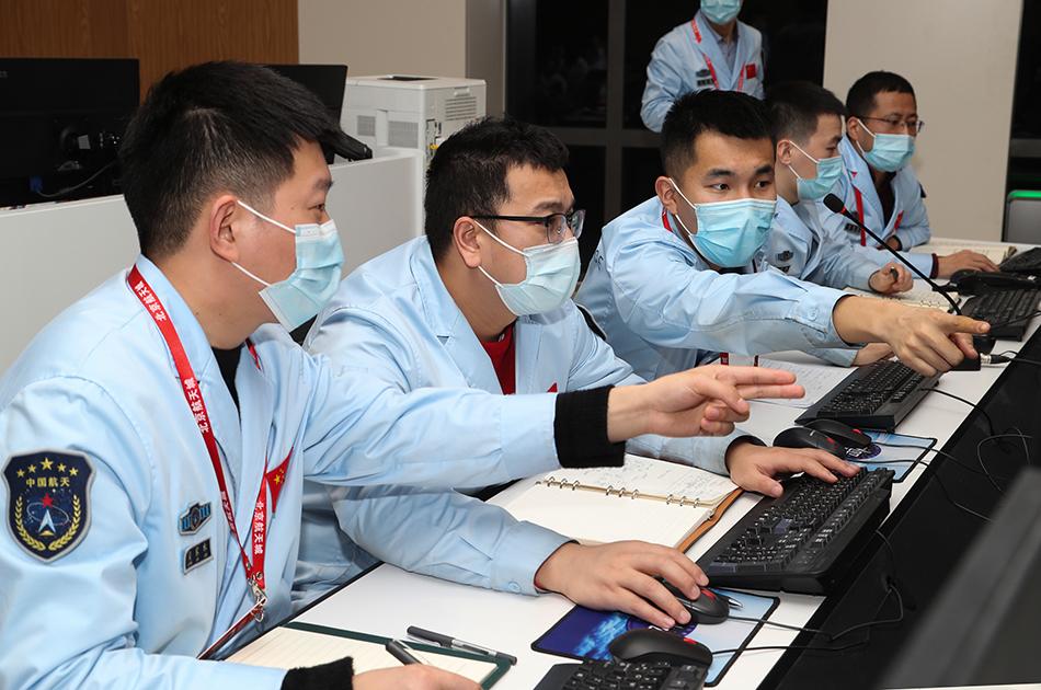 """2月10日,在北京航天飞行控制中心,航天科研人员在监测""""天问一号""""探测器工作情况。 新华社发 国家航天局供图"""