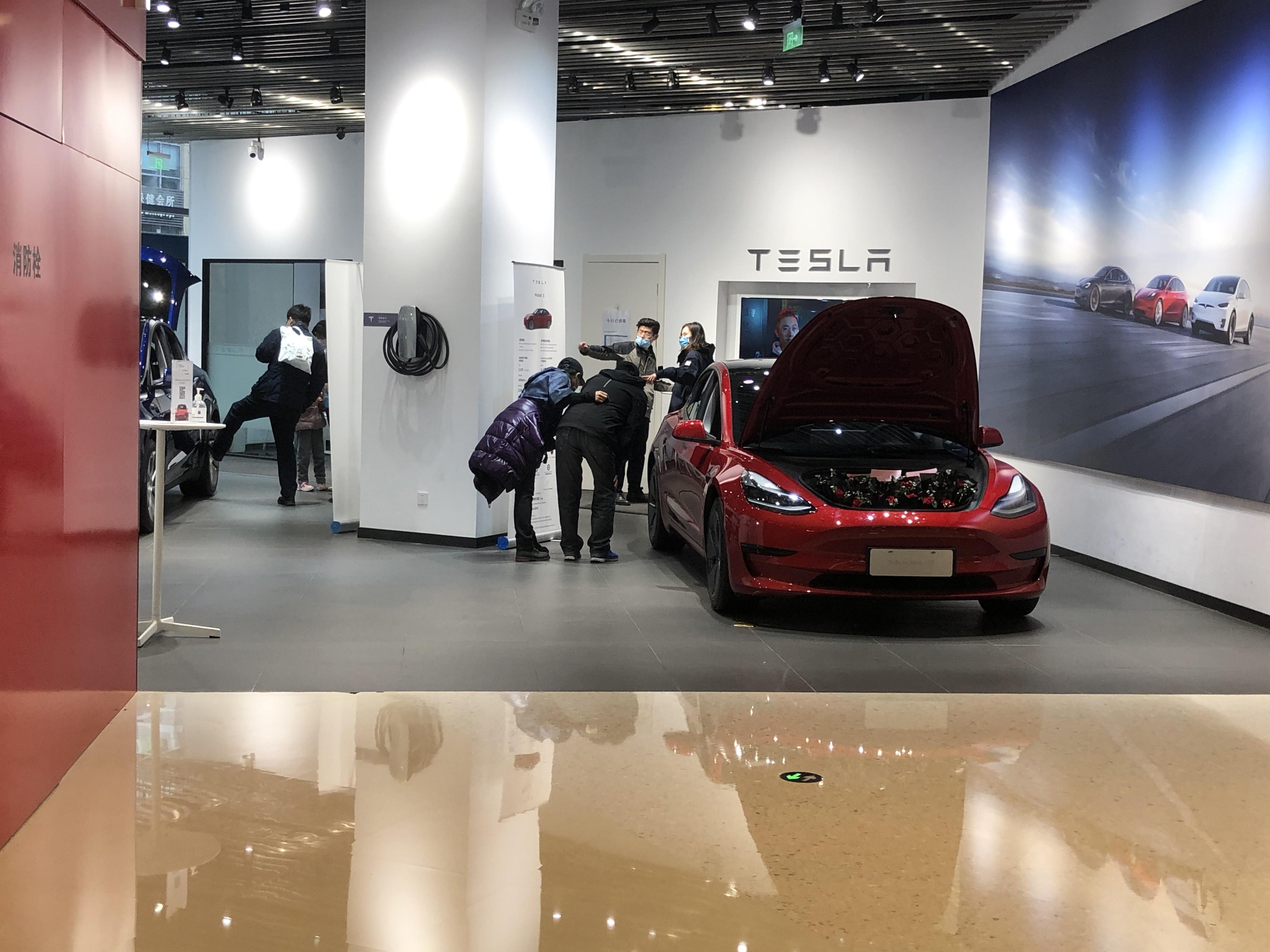 Model 3前看车的消费者