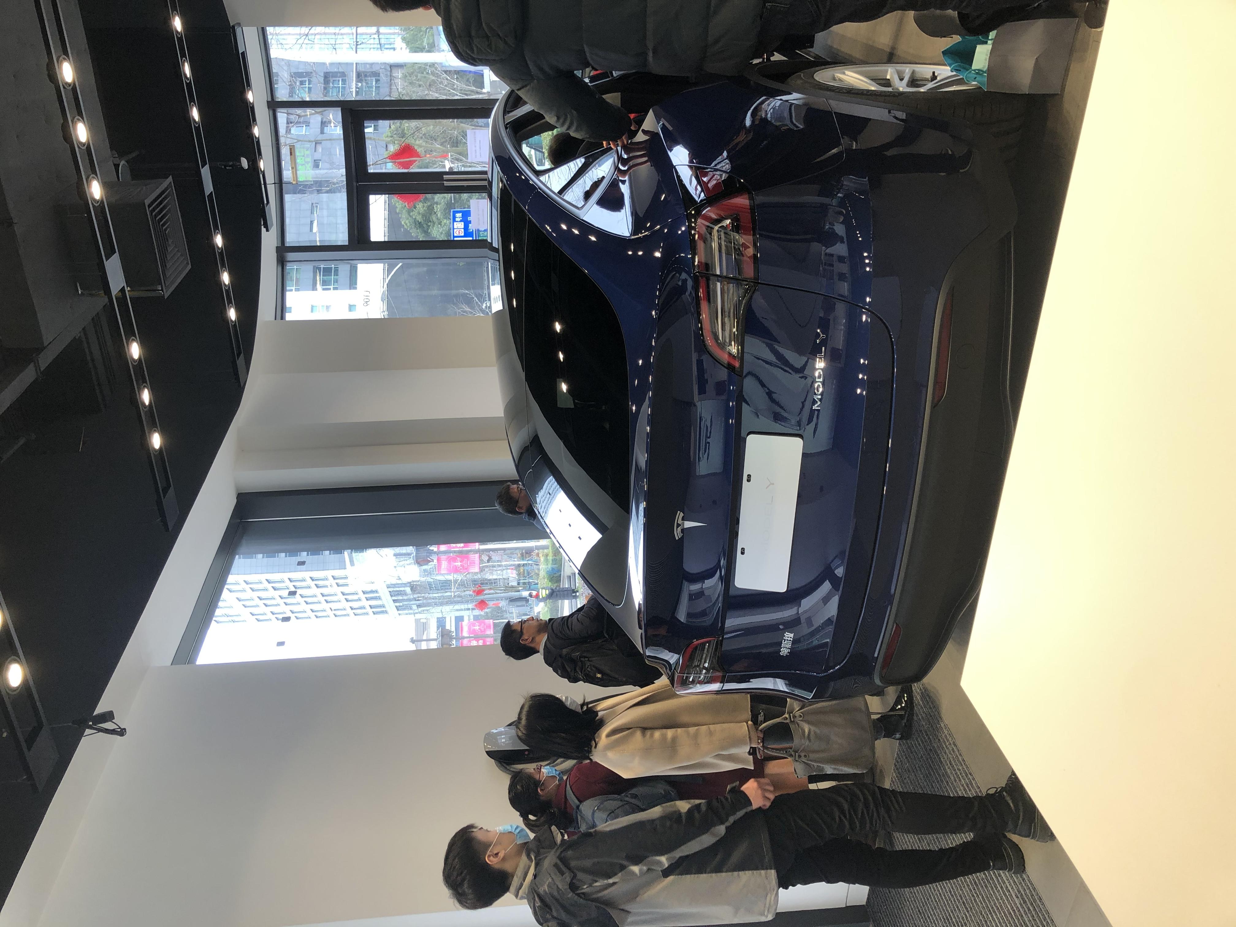 排队试乘Model Y的消费者(本文图片均为澎湃新闻记者 崔珠珠 摄)