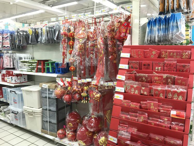 市北区某大型超市内的春节装饰商品区没有电子鞭炮