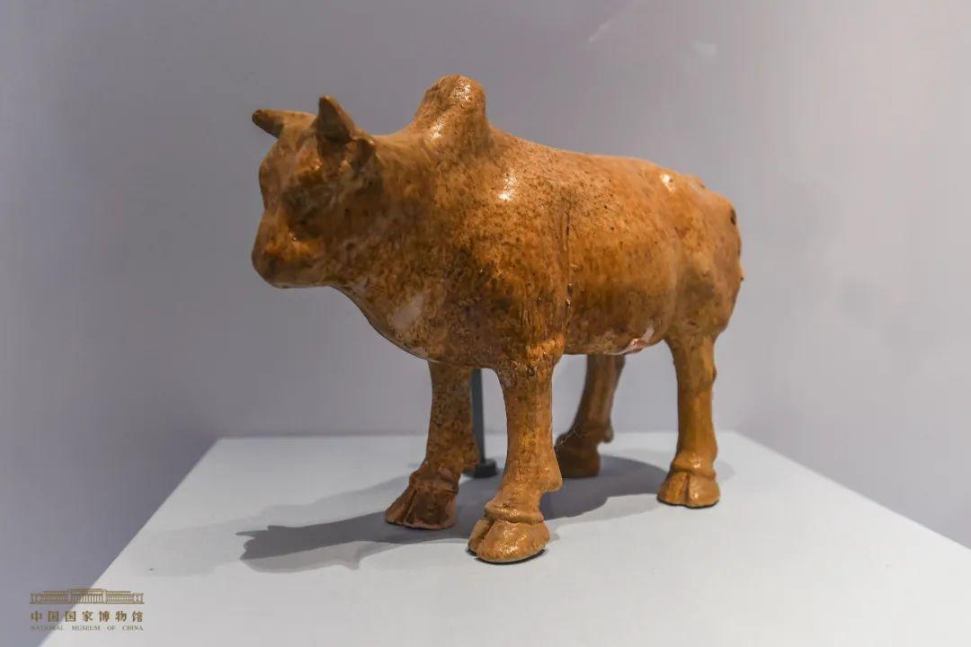 浅黄釉陶牛