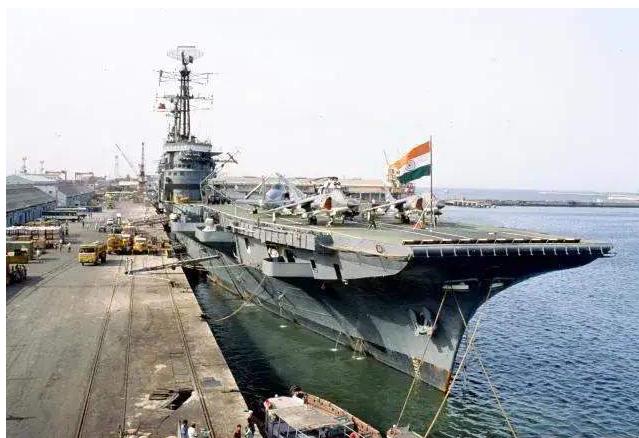"""停靠港口的""""维克兰特""""号航母,该航母在第三次印巴战争中发挥了重要作用。"""