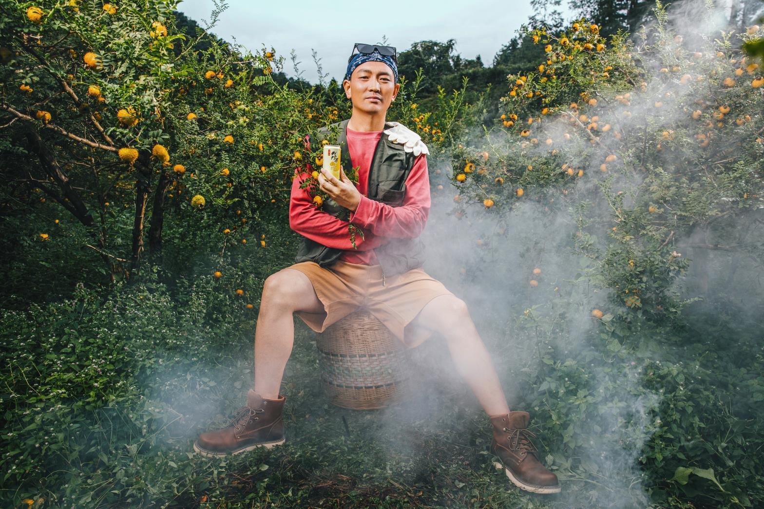 """贵州刺梨果农老杜成为""""刺柠吉新农人"""",拍摄一组时尚大片"""