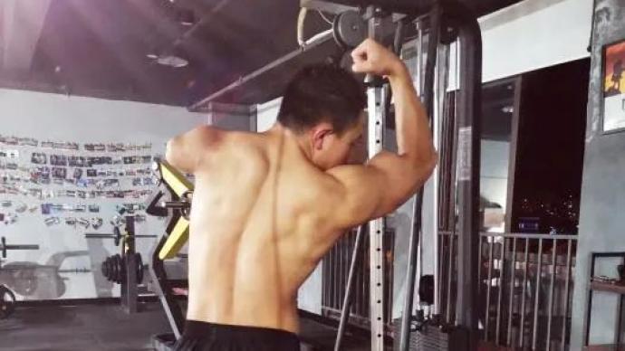 他只有一只手臂,但练出六块腹肌,被84万网友点赞