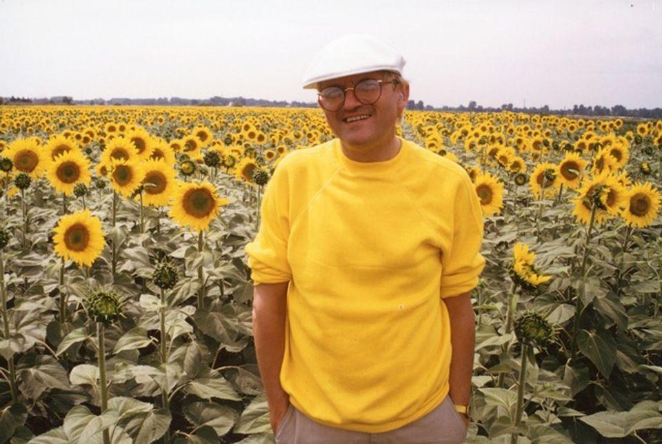 大卫·霍克尼在阿尔勒附近的向日葵花丛间(1985) 图:Atelier Lucien Clergue