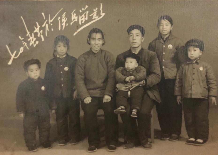 1970年春节,外公一家人。左起:二舅、妈妈,外婆、外公、大姨、大舅。前排婴儿为三舅,两个小姨当时还未出生。