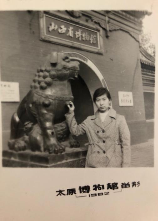 1982年11月,菊去太原看望荣,拍摄于五一广场旁的省博物馆门前。