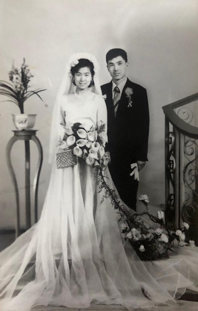 1983年3月,菊和荣的婚纱照。