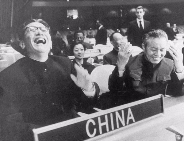 1971年,中华人民共和国恢复在联合国的一切合法权利。图为时任外交部副部长乔冠华和首任中华人民共和国常驻联合国代表黄华。