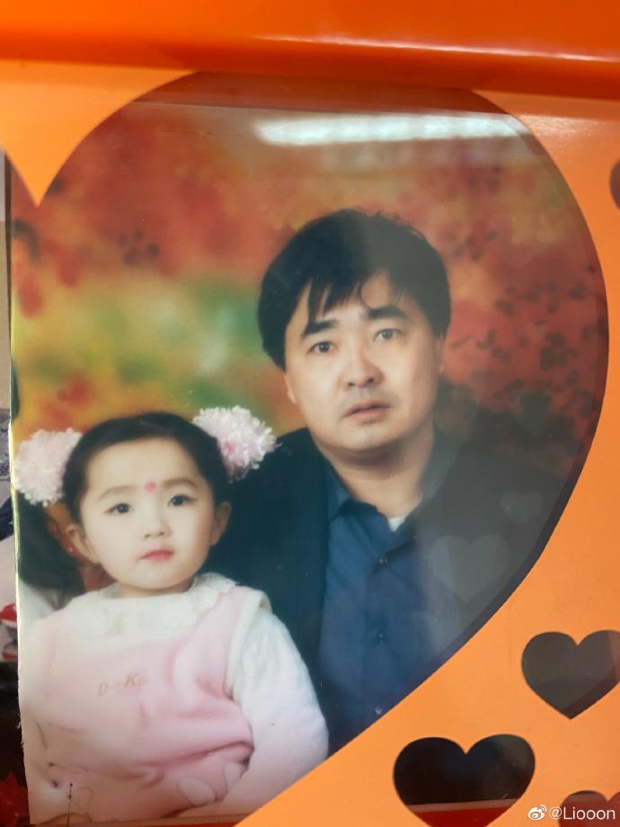 小時候的李曉萌與父親。