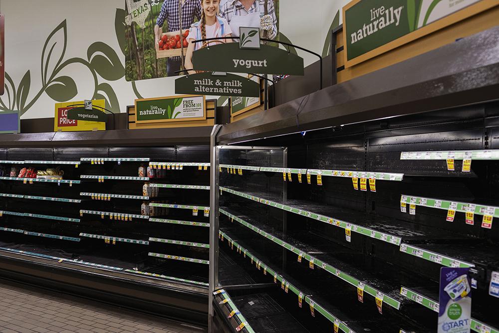 """当地时间2021年2月19日,美国得州休斯顿,超市里空空如也的货架。美国总统拜登已于19日宣布得克萨斯州存在""""一场重大灾难"""",并下令联邦政府提供援助,以支持受风暴影响的州政府和地方政府恢复工作。"""