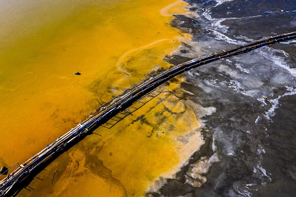 2021年2月19日报道(具体拍摄时间不详),罗马尼亚阿尔巴,受附近铜矿的废料影响,湖水已经变色。该铜矿于1983年开始投入生产,导致Geamana村民被疏散。