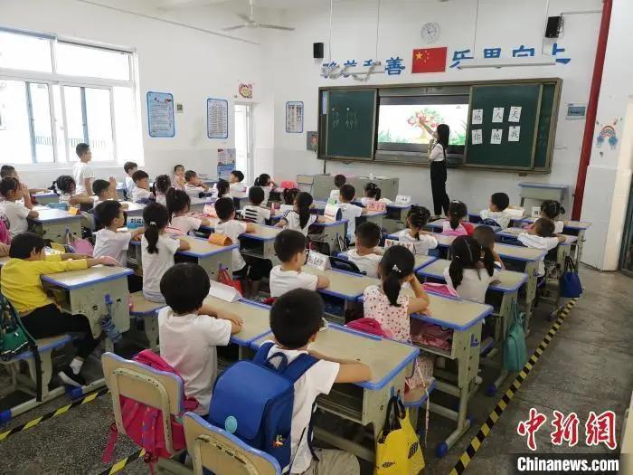 资料图:湖南长沙县松雅湖第二小学的学生正在上课。唐小晴 摄