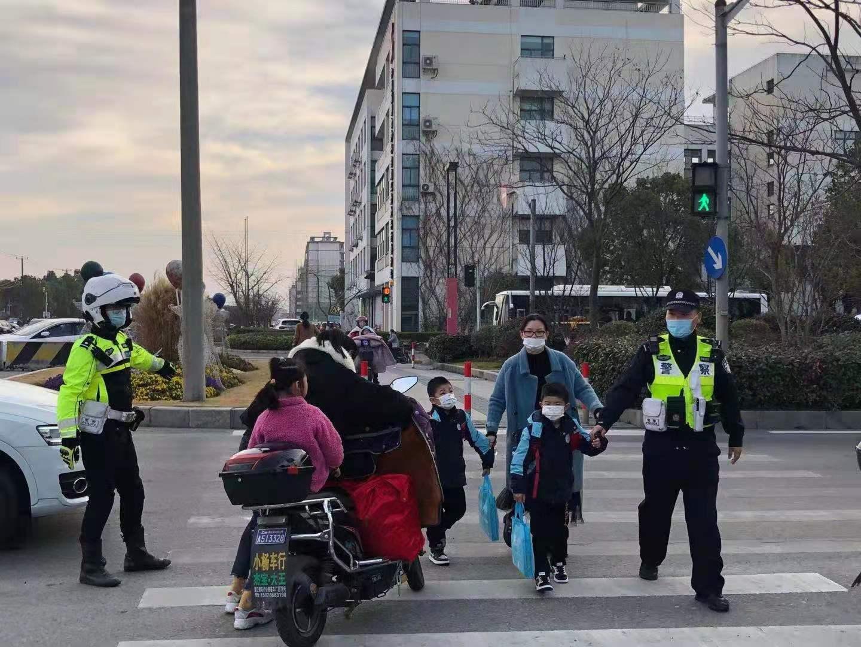 公安交警护校行动。交警总队供图
