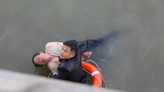 女子外灘親水平臺跳江輕生,武警果斷下水5分鐘成功救援