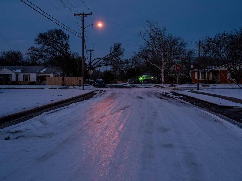 2021年2月18日,美国得州暴风雪灾情严重 造成交通中断与电网瘫痪,市民生活受到严重影响。