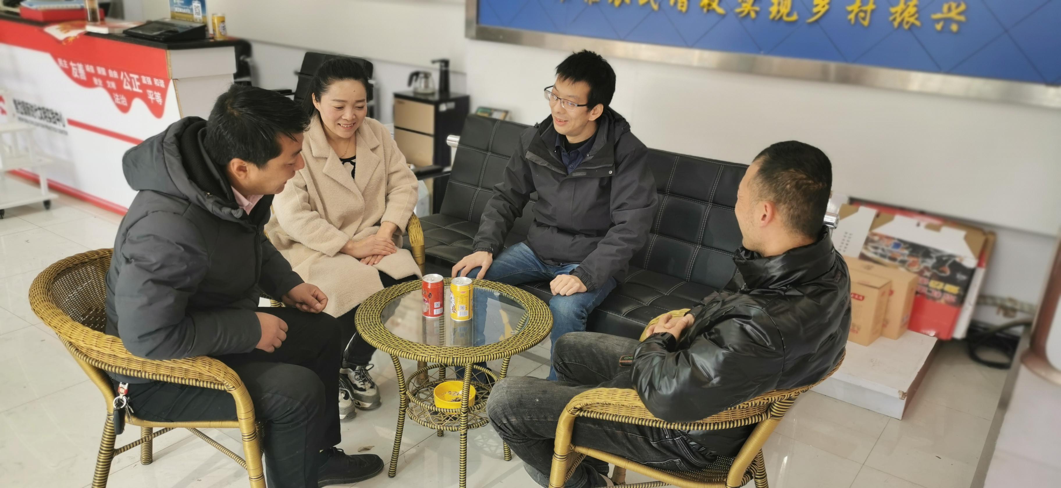 杨锐和志同道合的团队成员聊工作。