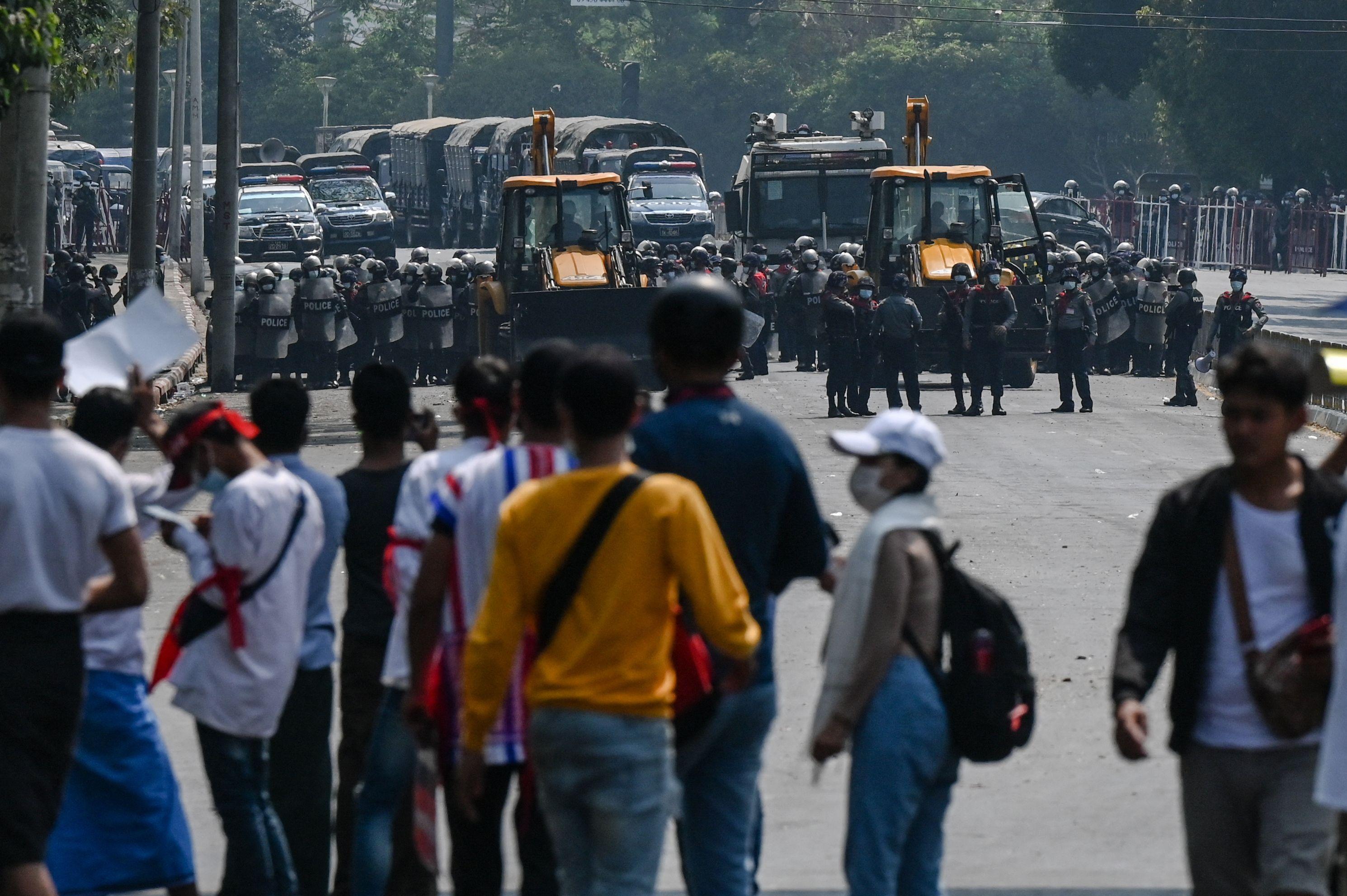 当地时间2021年2月22日,缅甸仰光,数万名支持昂山素季的示威者在缅甸全国范围内举行大罢工,导致多个城市交通陷入瘫痪。人民视觉 图