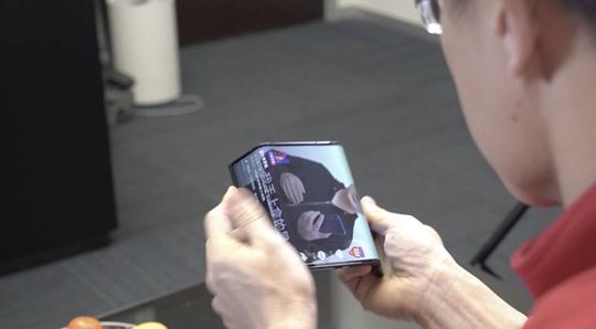 时任小米集团总裁林斌展示小米双折叠手机工程机 来源:微博视频