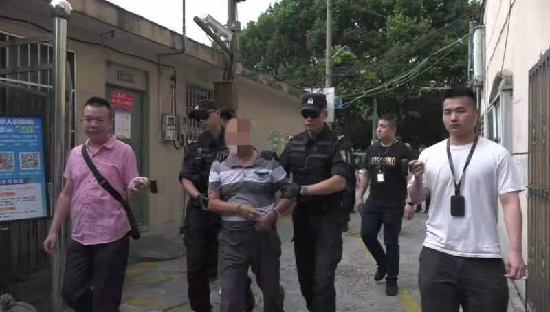 猪肉摊老板被抓获 本文图均为松江警方供图