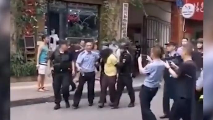 四川三台一男子小区内持刀挟持三岁女童与警方对峙,被判刑