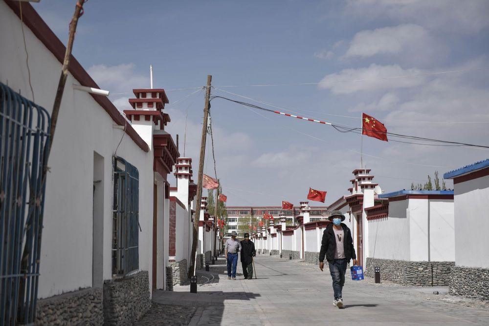 2004年,为了响应国家号召、保护日益脆弱的三江源生态,青海海西蒙古族藏族自治州唐古拉山镇的128户牧民翻越昆仑山,搬迁到420多公里以外的格尔木,在市区边上新建长江源村。从雪山脚下到城市郊区,牧民们学习技能融入新生活,饮食结构和卫生习惯也有了新变化。村里的年轻人学文化、开公司,用双手改变自己的命运。2017年,长江源村正式脱贫摘帽。2019年,人均可支配收入达到2.7万元,比2004年搬迁时增长10多倍,是2015年的1.4倍。图为长江源村村貌(2020年5月13日摄)。