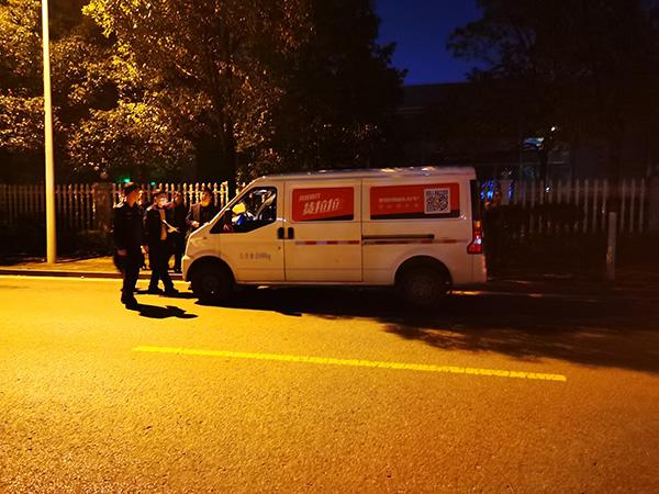 2月22日晚,民警在事发路段进行现场勘查。澎湃新闻记者 朱远祥 图