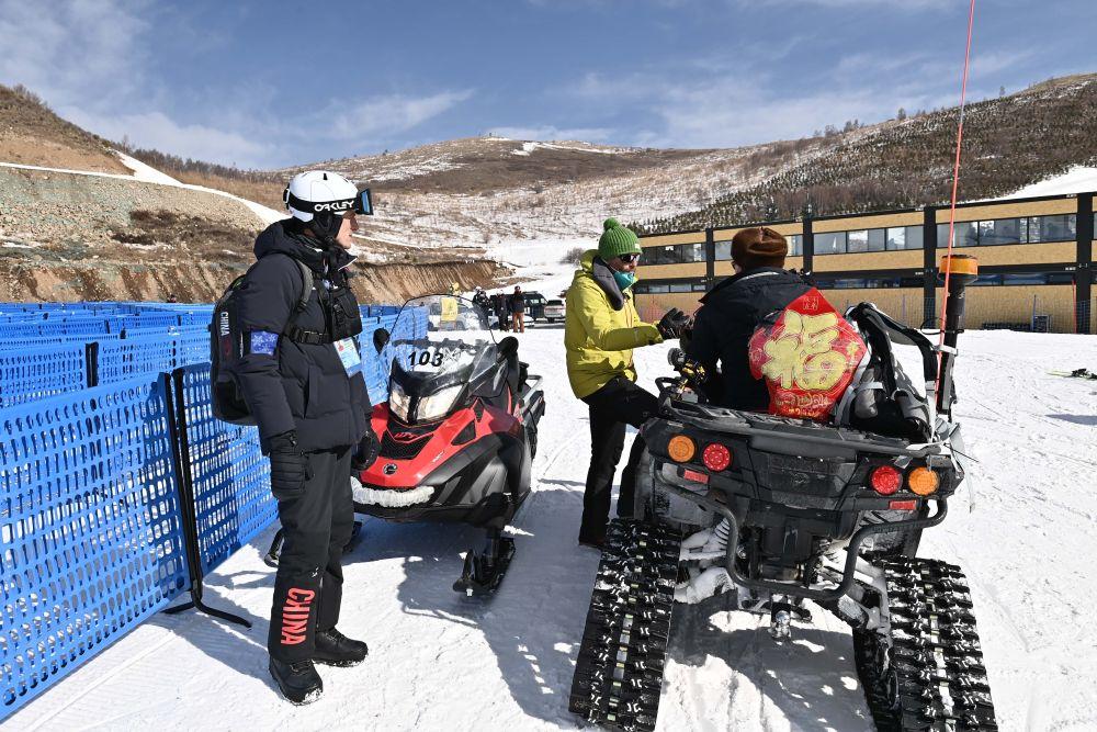 2月19日,国际雪联自由式滑雪协调官乔·菲茨杰拉德(右)在张家口赛区云顶滑雪场与工作人员交流。新华社记者 贺长山 摄