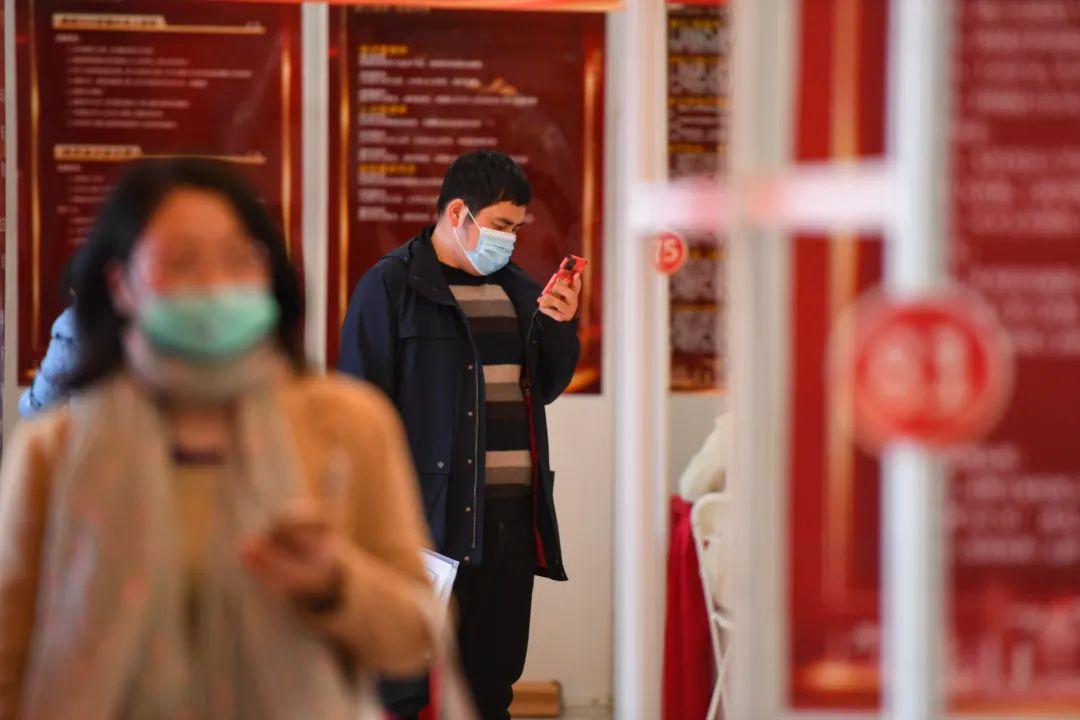 2月18日,在长沙天心文化产业园,一位求职者在手机上查找岗位信息。记者陈泽国 摄