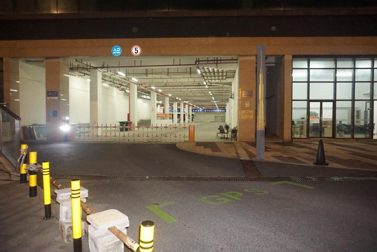 2020年9月,深圳龙岗永湖星河智荟总站外的GPS标记,线路车辆必须进入类似标记范围,才能被认定完成行程;该总站采用诡异的靠左顺时针行车,门口没贴出任何线路信息。