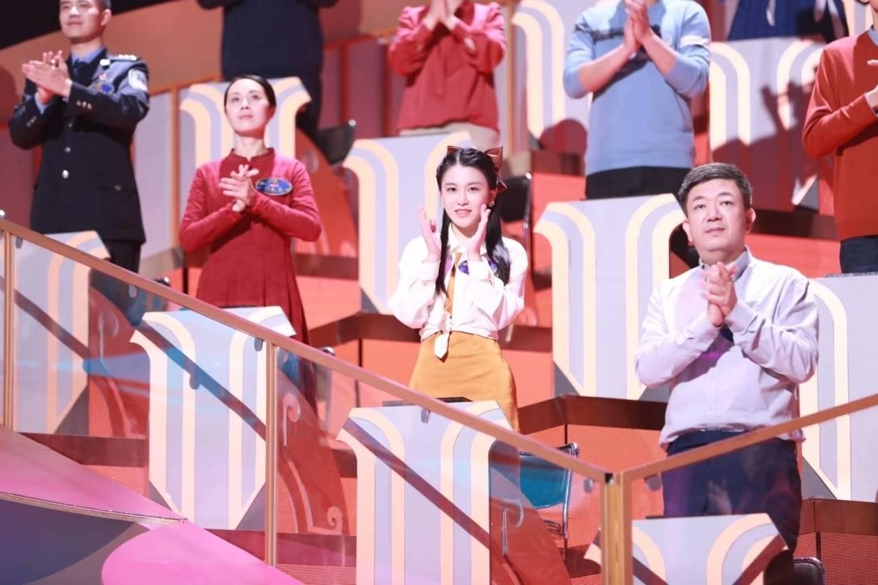 王家明美(右二)亮相中国诗词大会第六季百人团