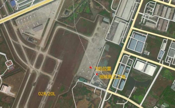 事发时飞机与工地位置示意图。