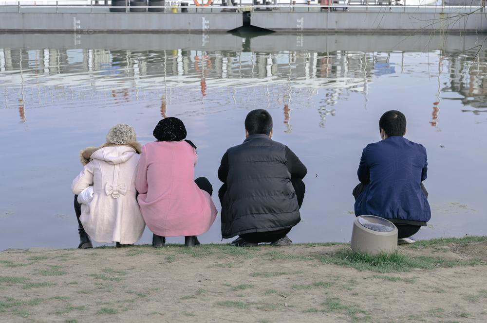 入园口看湖的人。