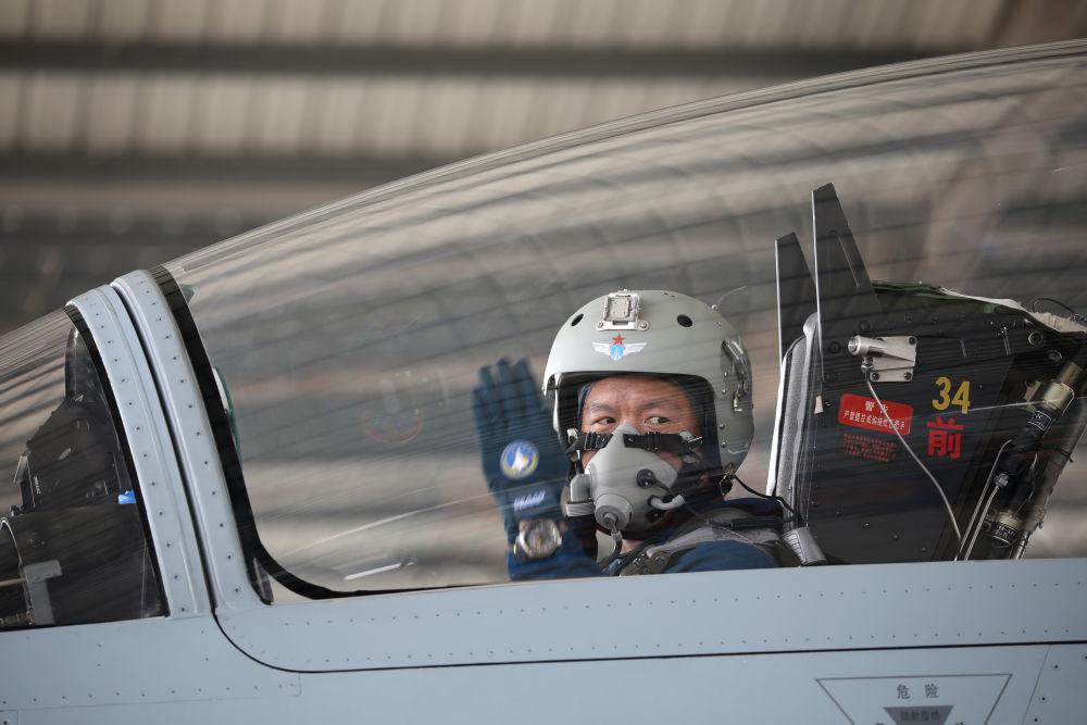 2月23日,复飞重返战位的一等功空军飞行员王建东手势示意机组,准备滑出。 黄演庄 摄