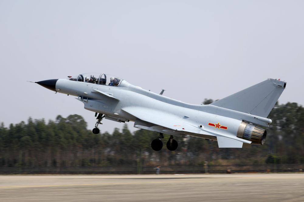 2月23日,复飞重返战位的一等功空军飞行员王建东与搭档、副旅长黄宏亮首批首架起飞。 彭程 摄