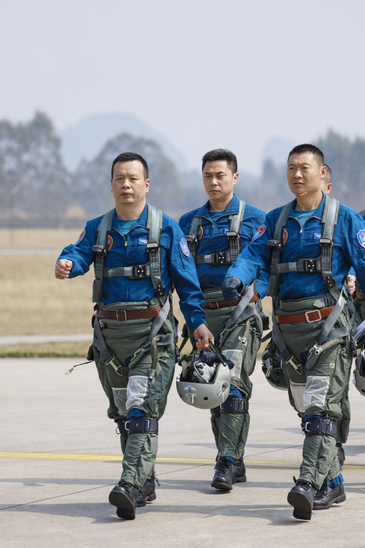 2月23日,复飞重返战位的一等功空军飞行员王建东与战友列队走向战机。 彭程 摄