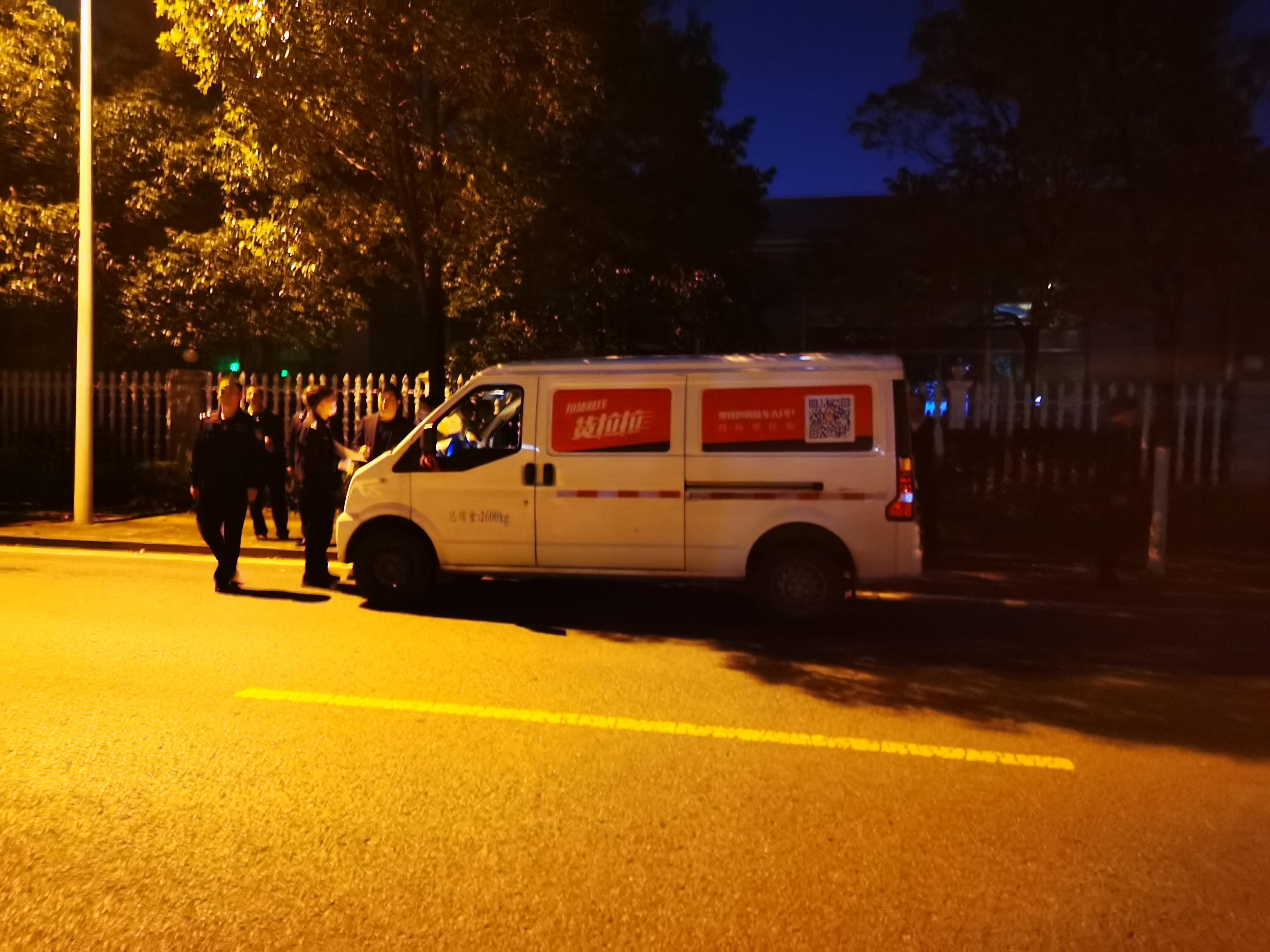 2月22日晚,公安民警在事发路段再次进行现场勘查。