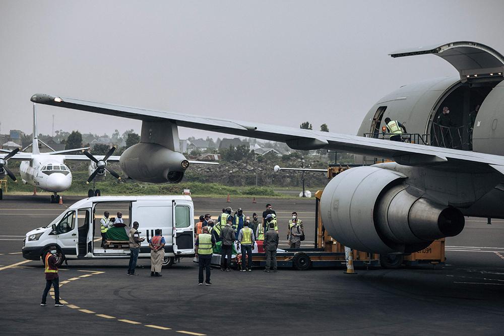 当地时间2021年2月23日,刚果民主共和国Goma,一架意大利飞机抵达刚果,该飞机将把2月22日遇袭身亡的意大利驻刚果(金)大使卢卡·阿塔纳西奥及其随行护卫的遗体运送回国。他们在22日遭遇一伙不明身份武装分子的伏击中被枪杀。