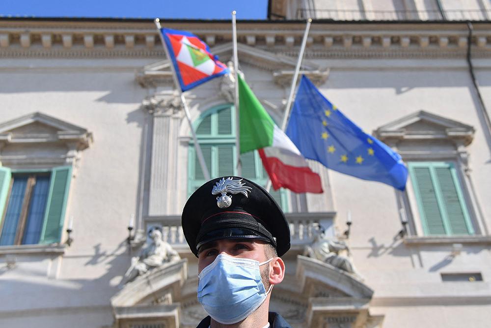 当地时间2021年2月23日,意大利首都罗马,意大利总统府为已故意大利驻刚果(金)大使卢卡·阿塔纳西奥降半旗志哀。