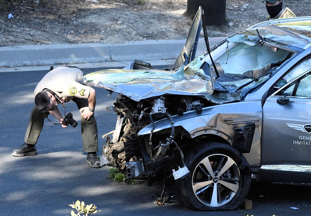 当地时间2021年2月23日,美国洛杉矶,世界头号高尔夫球手泰格·伍兹23日凌晨在洛杉矶地区的一场车祸中受伤被送医。据报道,伍兹是在一次单车侧翻事故中受伤。伍兹乘坐的汽车受损严重,救护人员不得不使用救生钳解救困在车中的他。