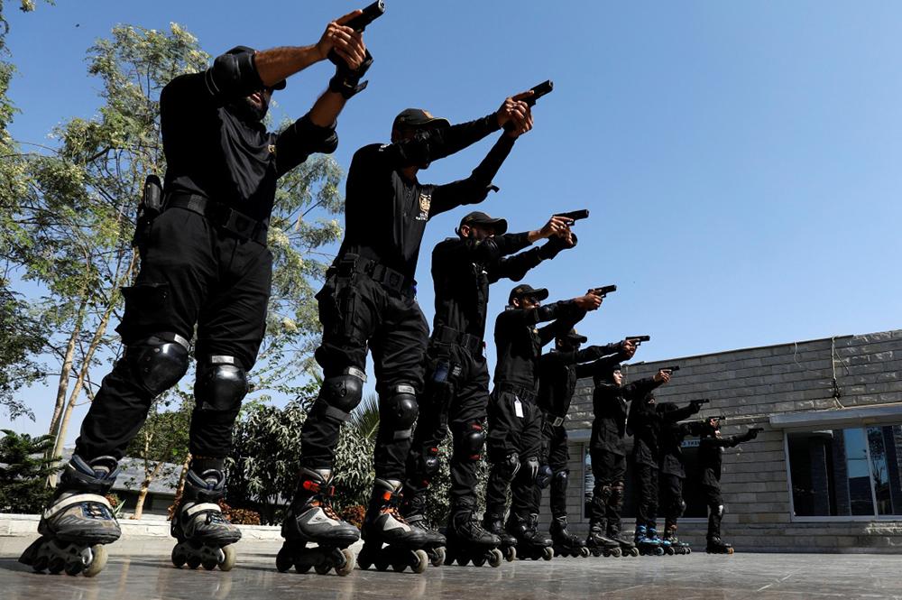 当地时间2021年2月18日,巴基斯坦特别安全部门的警察在位于卡拉奇的总部进行轮滑训练。