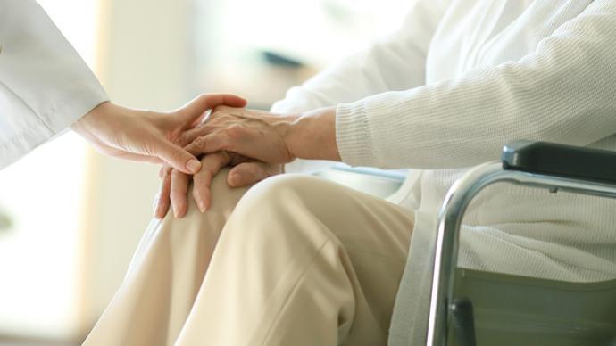 最高法谈赡养老人:精神赡养和物质赡养同样重要