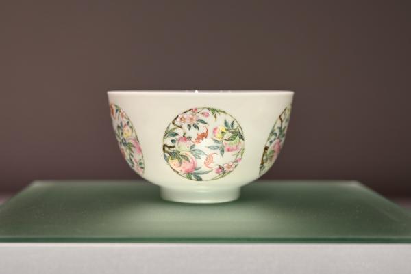 展览现场清代雍正年制的粉彩褔寿双全团花纹碗。(达文堂藏品)