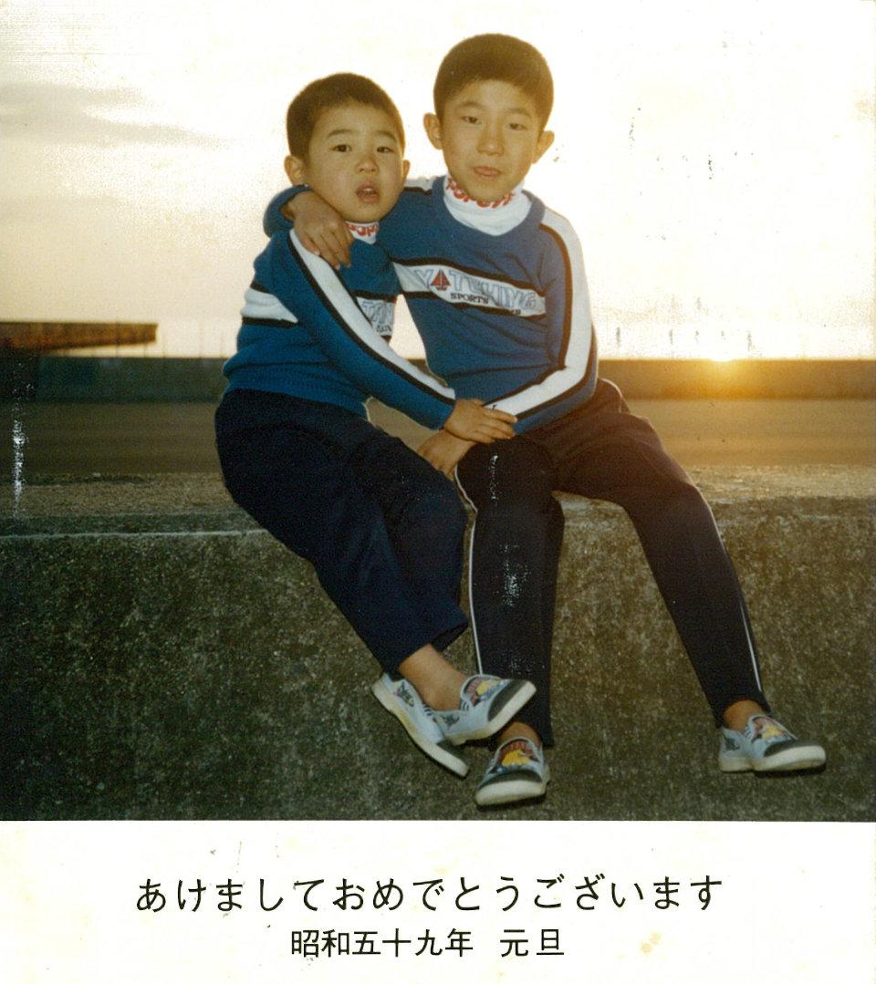 浅田政志的父亲于1984年为兄弟两人拍摄的贺年卡相片。© 浅田政志