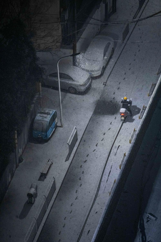 """2021年2月24日晚,大雪让郑州在短短几小时内变成了银装素裹的""""冰雪世界""""。"""