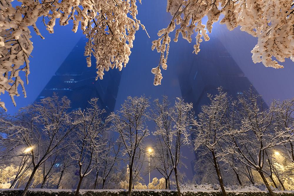 2021年2月24日晚,河南郑州迎来了牛年的第一场雪。伴随着阵阵春雷,漫天的鹅毛大雪落下,迅速在郑州市区地面形成超10厘米厚的积雪。