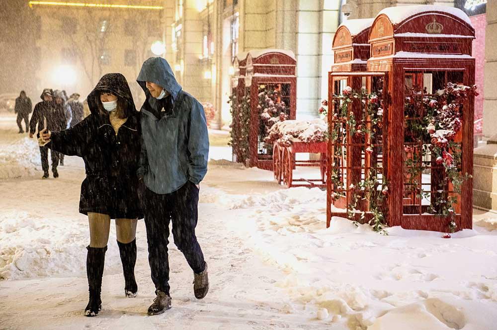 2021年2月24日晚,山西长治,这个冬天的首次降雪让市民兴奋不已。