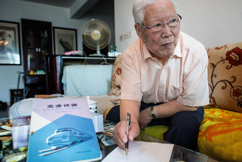 陈应先和他编著的《高速铁路》一书。