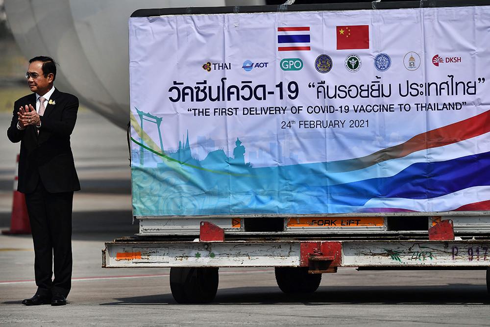 2021年2月24日,泰国曼谷,泰国政府采购的中国科兴新冠疫苗运抵曼谷素万纳普国际机场。泰国总理巴育等政府官员到机场迎接。
